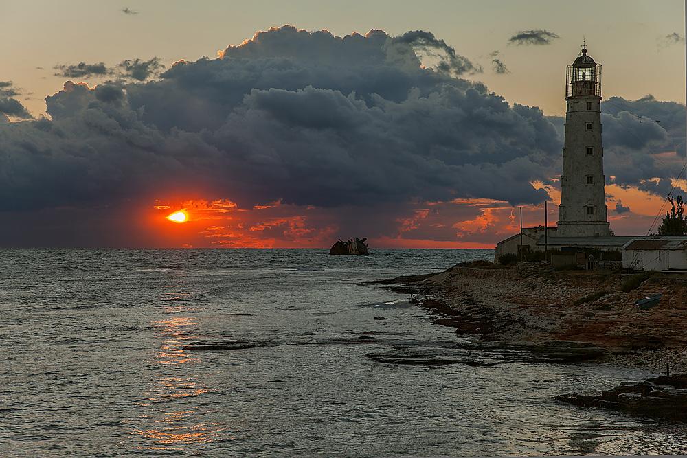 Потонувший корабль и маяк в Оленевке