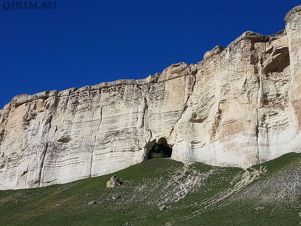 Белая скала пещеры