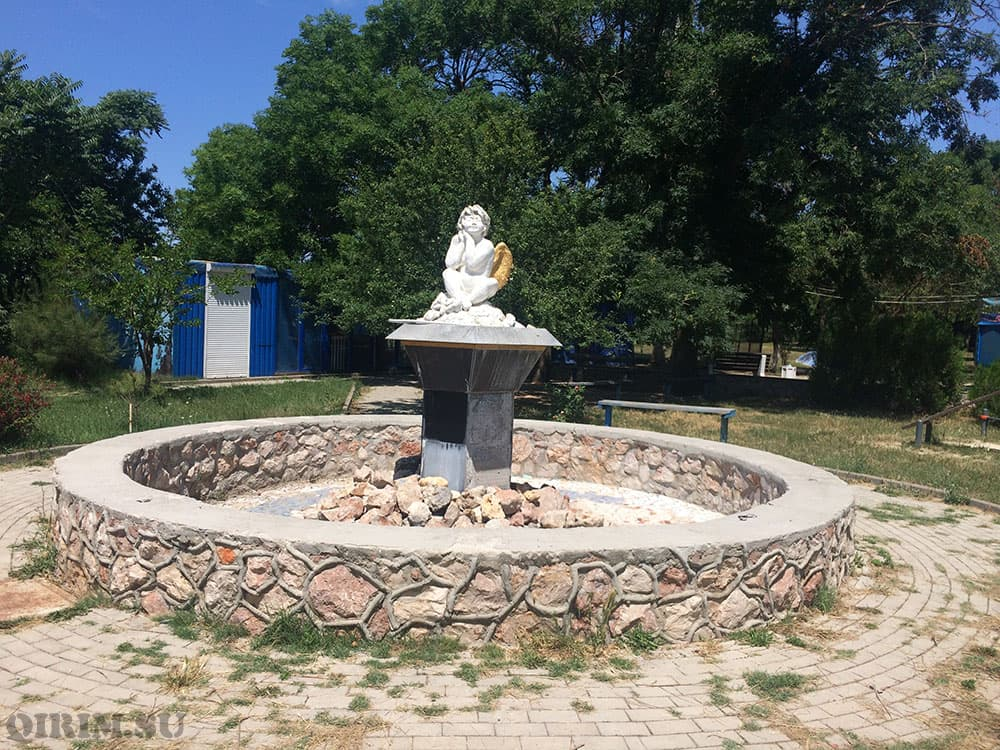 памятник в парке возле набережной в Каче