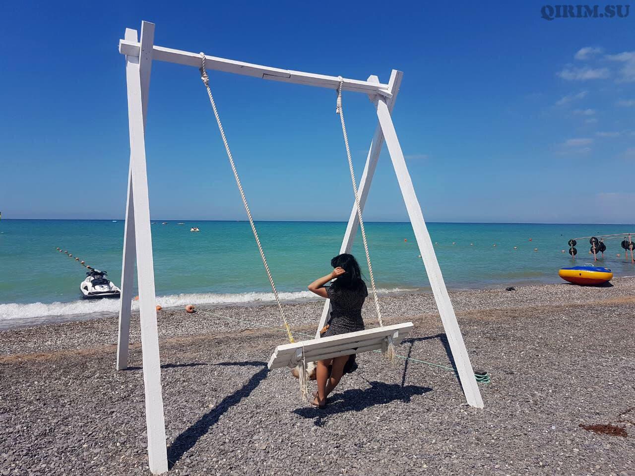 Новофедоровка качели на пляже