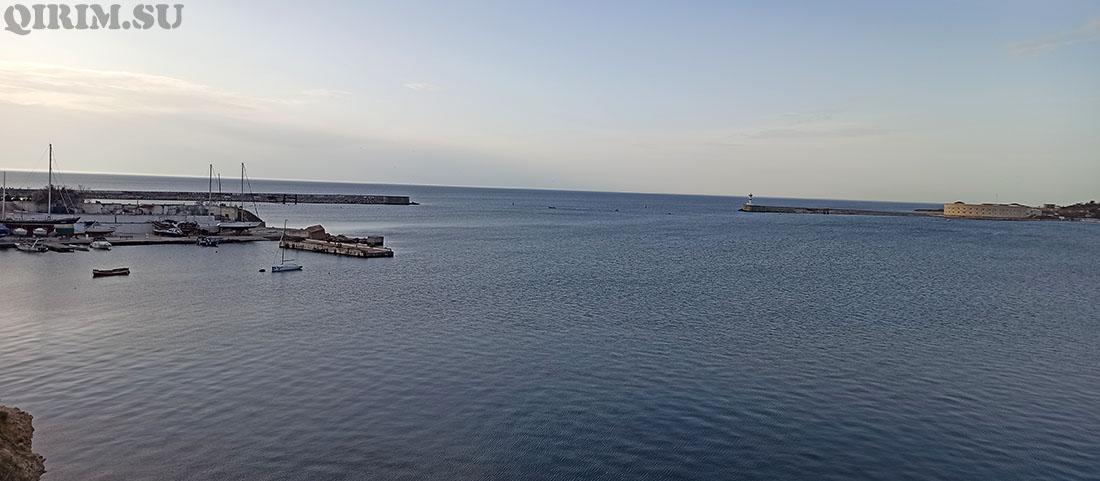 Вид на бухту с памятника Мастросу и Солдату
