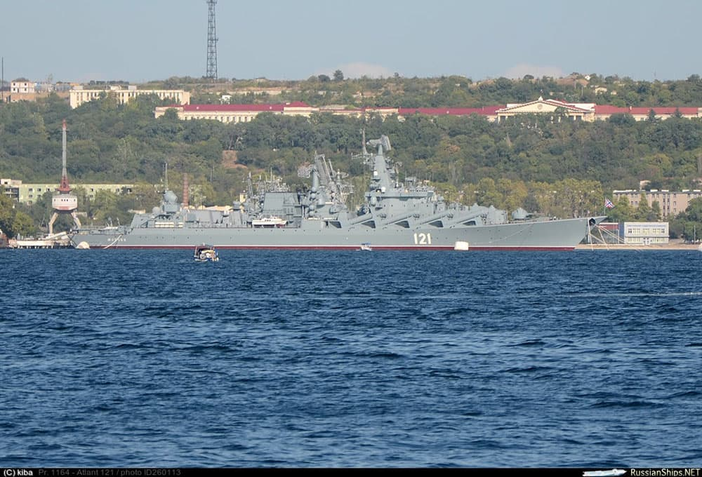 Военный корабль в Севастопольской бухте крейсер Москва