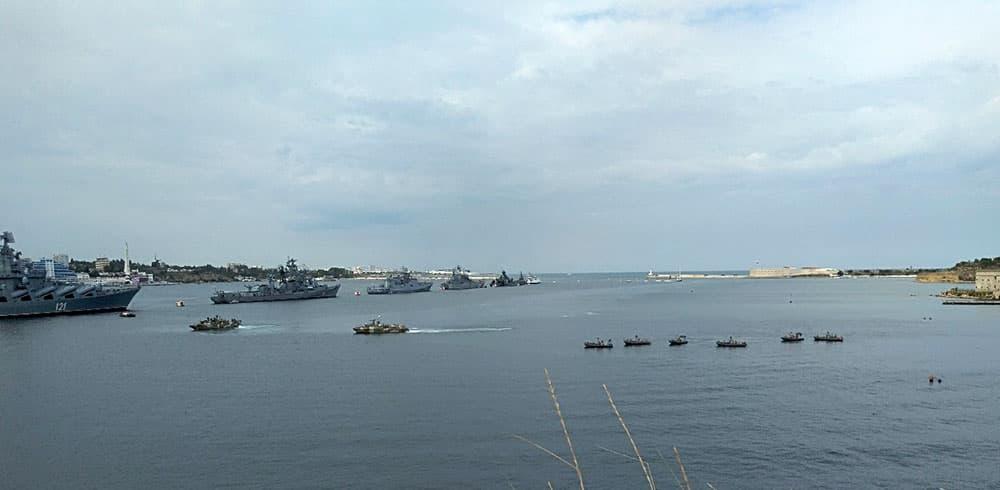 парад кораблей на Севастопольской бухте в день ВМФ