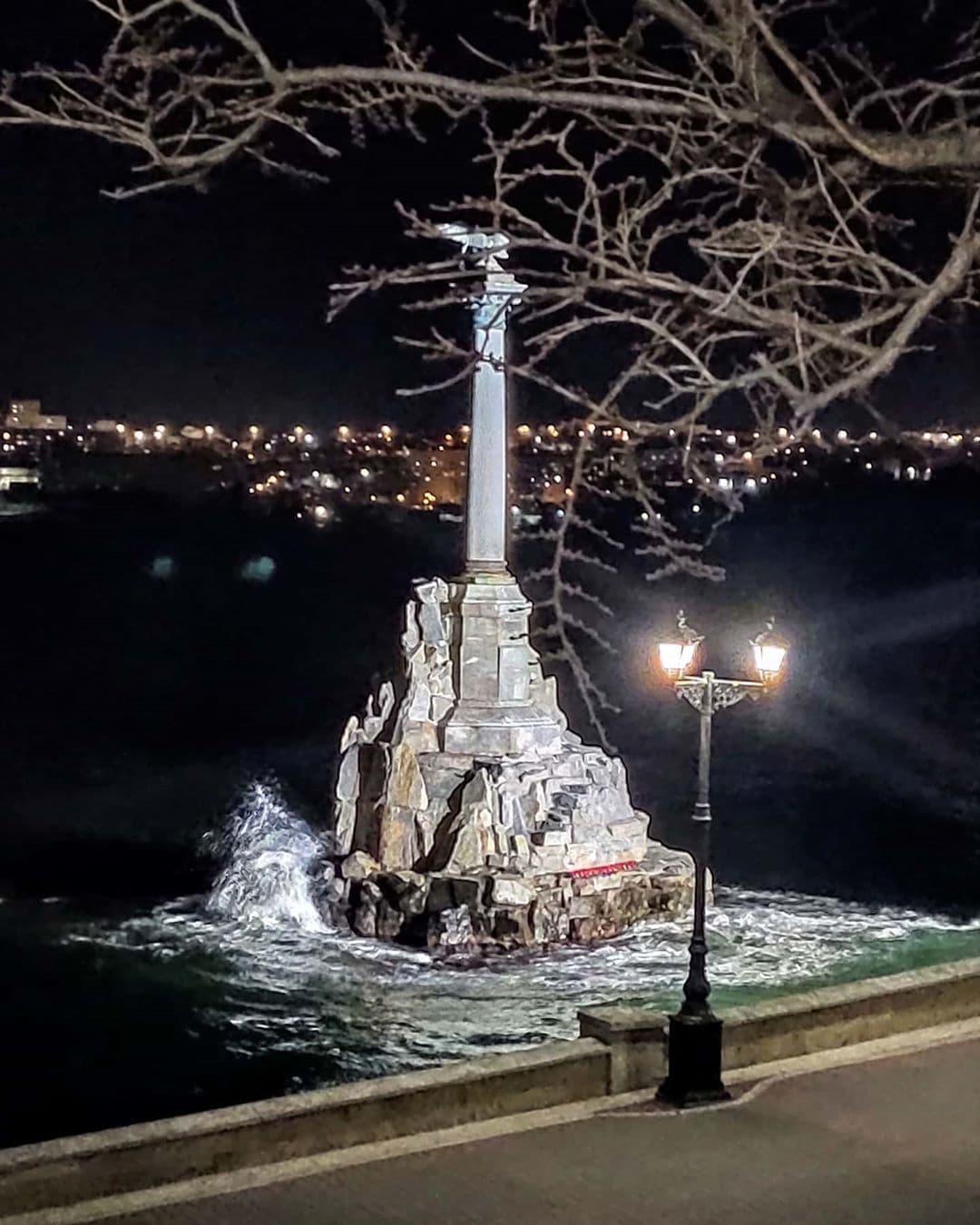 Памятник затопленным кораблям в Севастополе ночное фото
