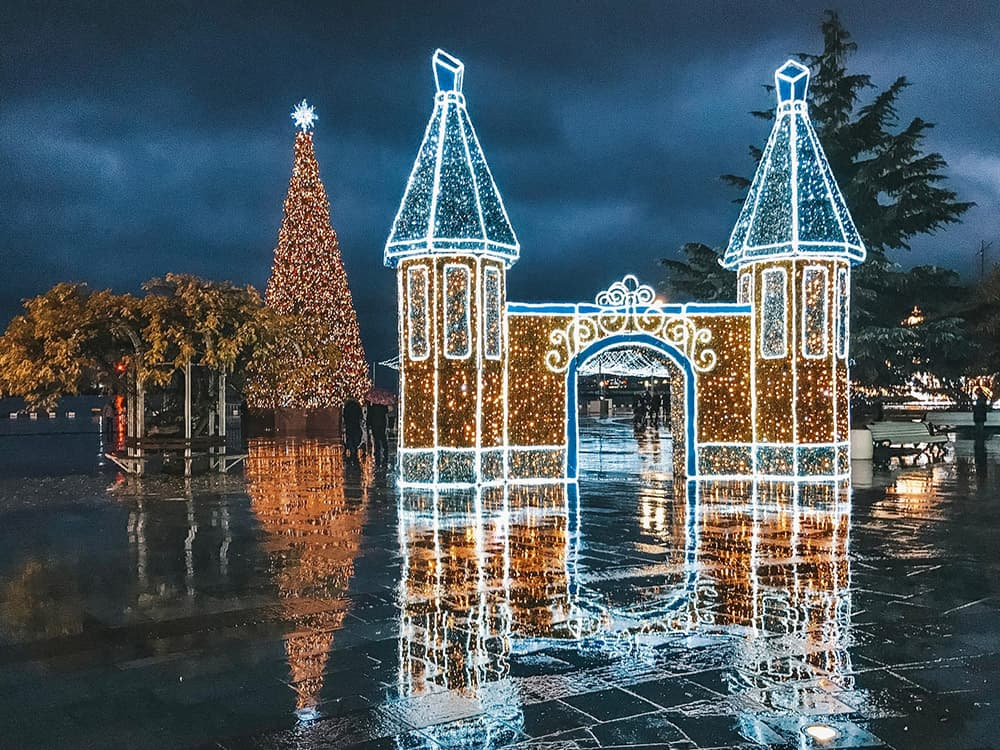 Новогодние украшения в Ялте 6