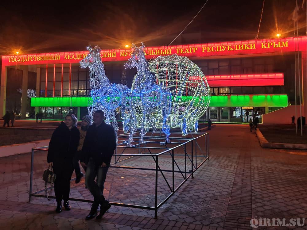 Новогодние украшения в Симферополе тыква с лошадями