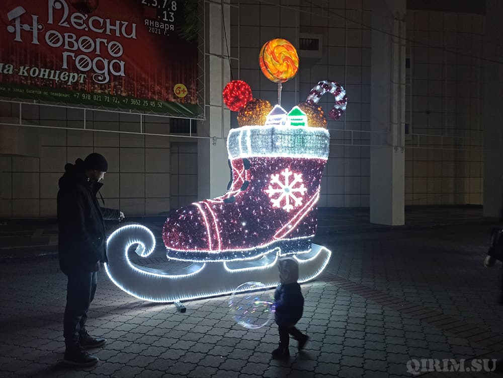 Новогодние украшения в Симферополе коньки