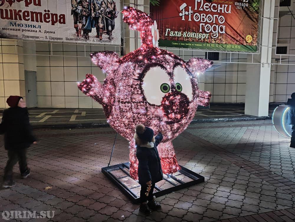 Новогодние украшения в Симферополе смешарики