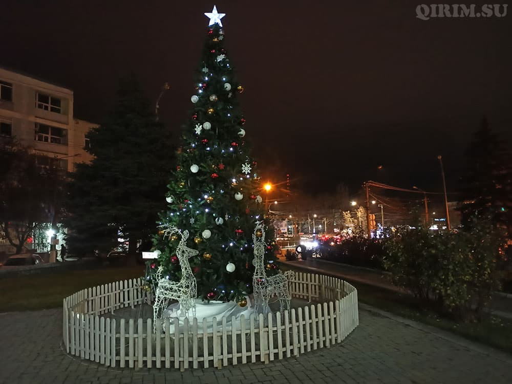 Новогодняя инсталяция елка на пл Куйбышева (возле Яблоко)