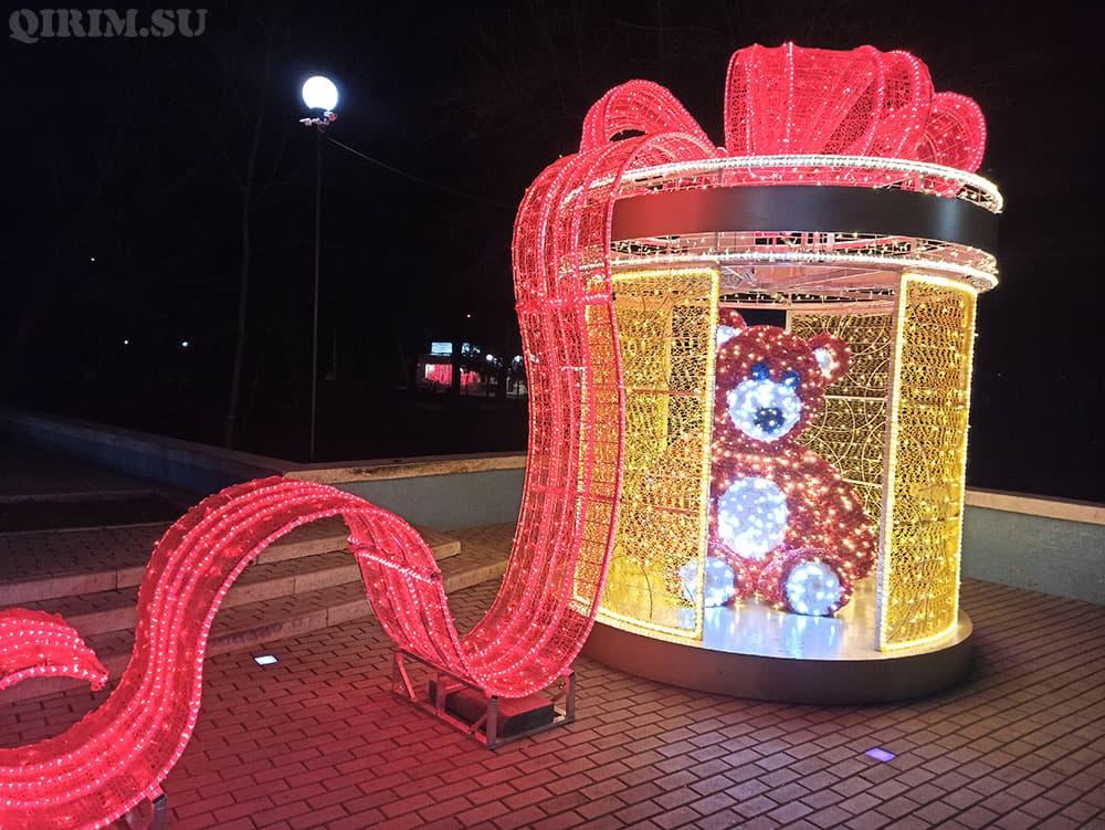 Новогодняя инсталяция Мишка подарок в Детском парке 2021