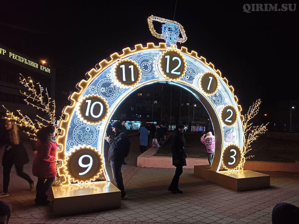 Новогодняя инсталяция на пл Ленина часы