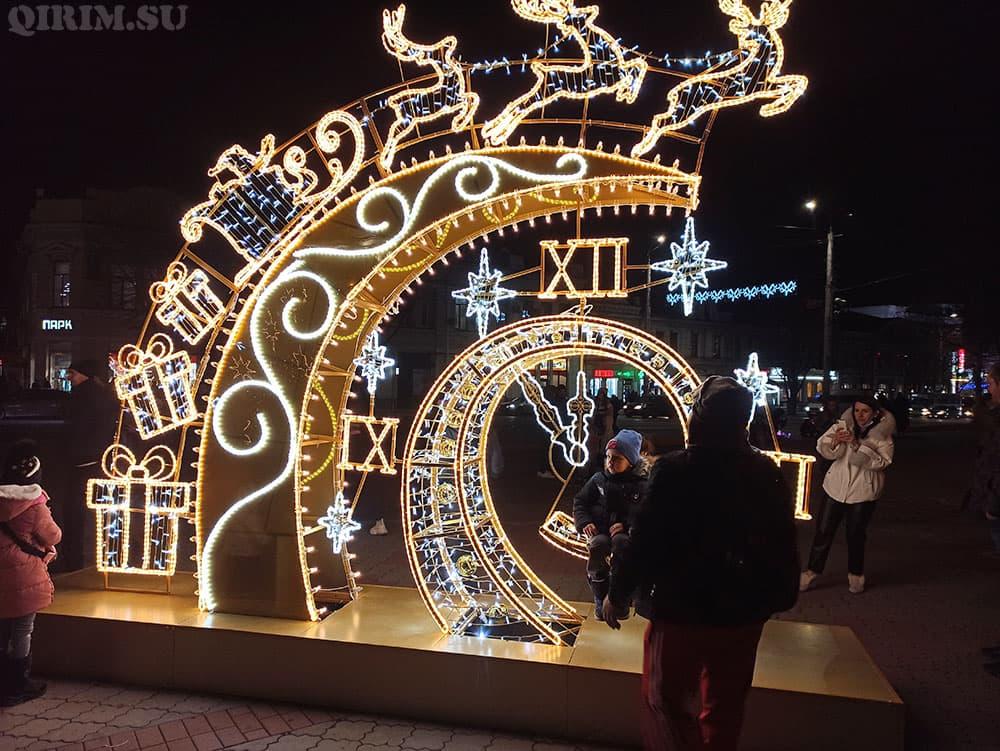 Новогодняя инсталяция на пл Ленина олени и часы