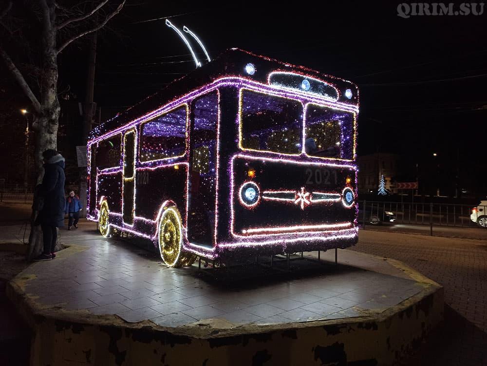 Новогодняя инсталяция троллейбус на пл Куйбышева