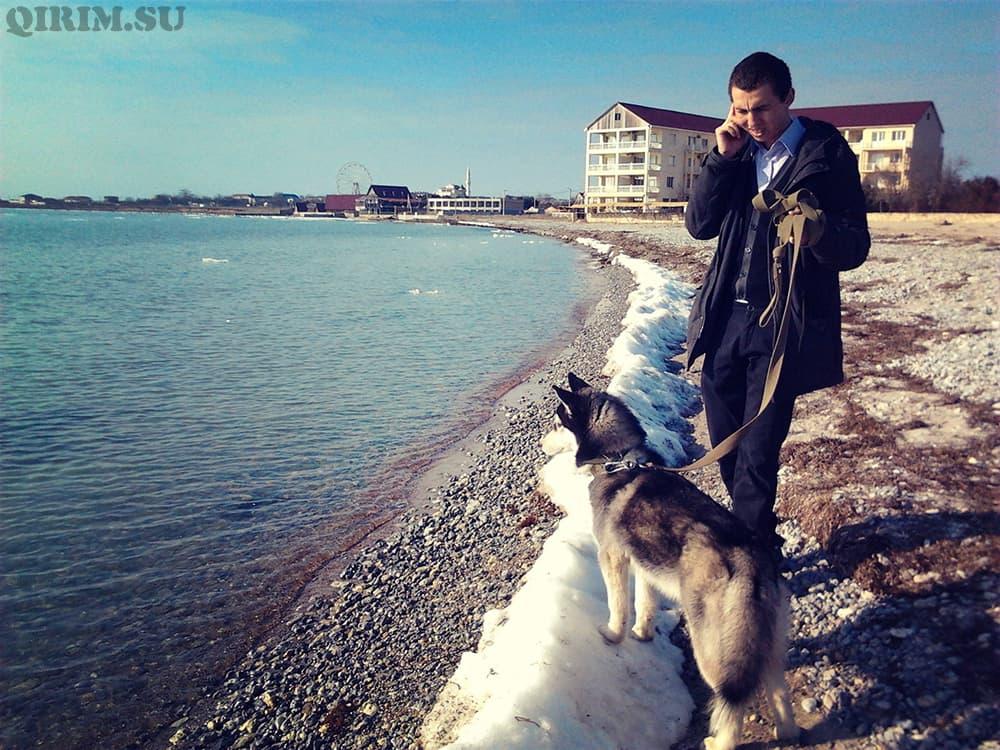 снег на пляже в Крыму