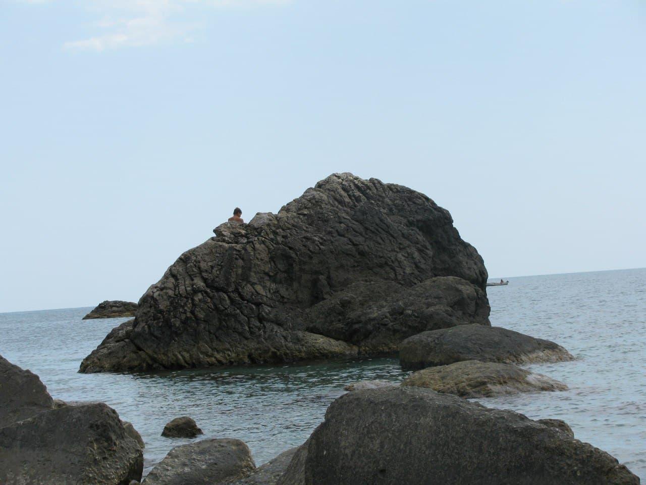 Кацивели каменные валуны в море