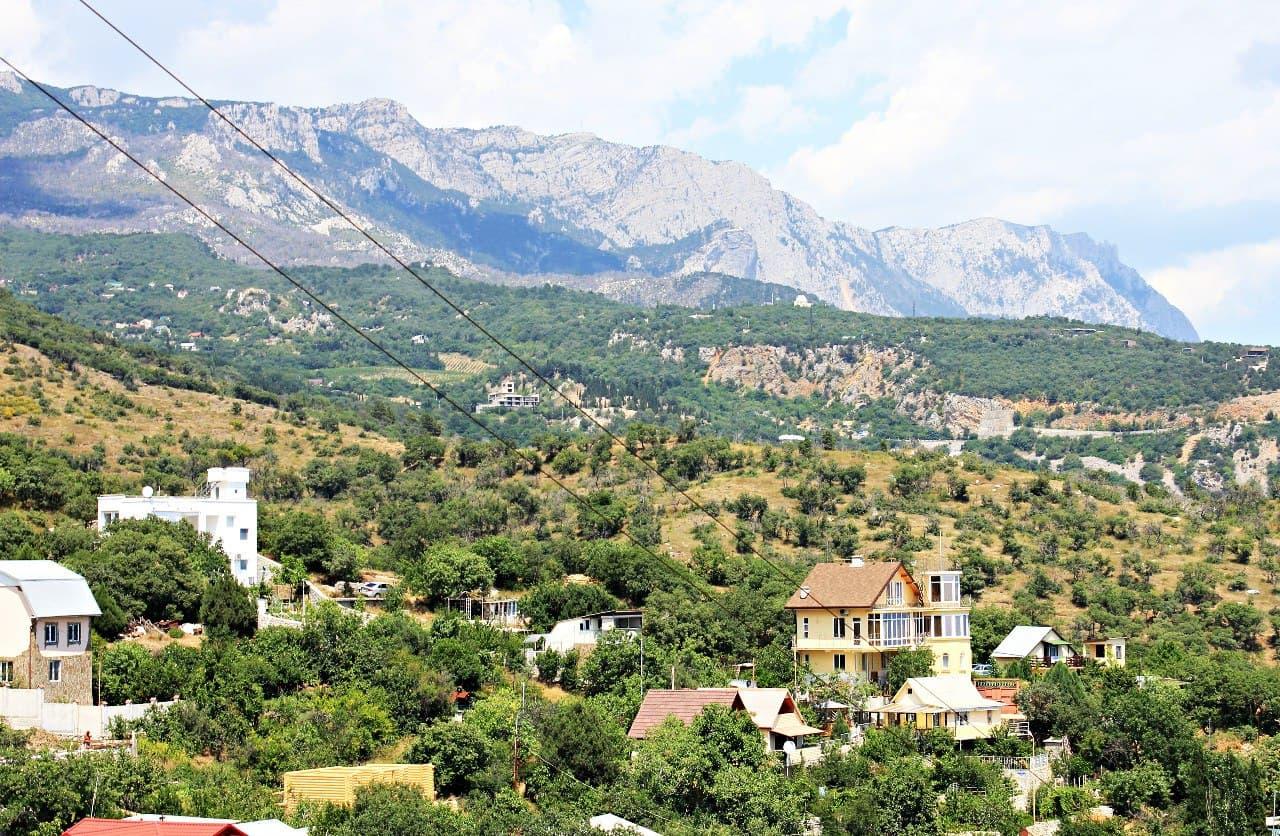 Вид на горы из окна одного дома в Кацивели