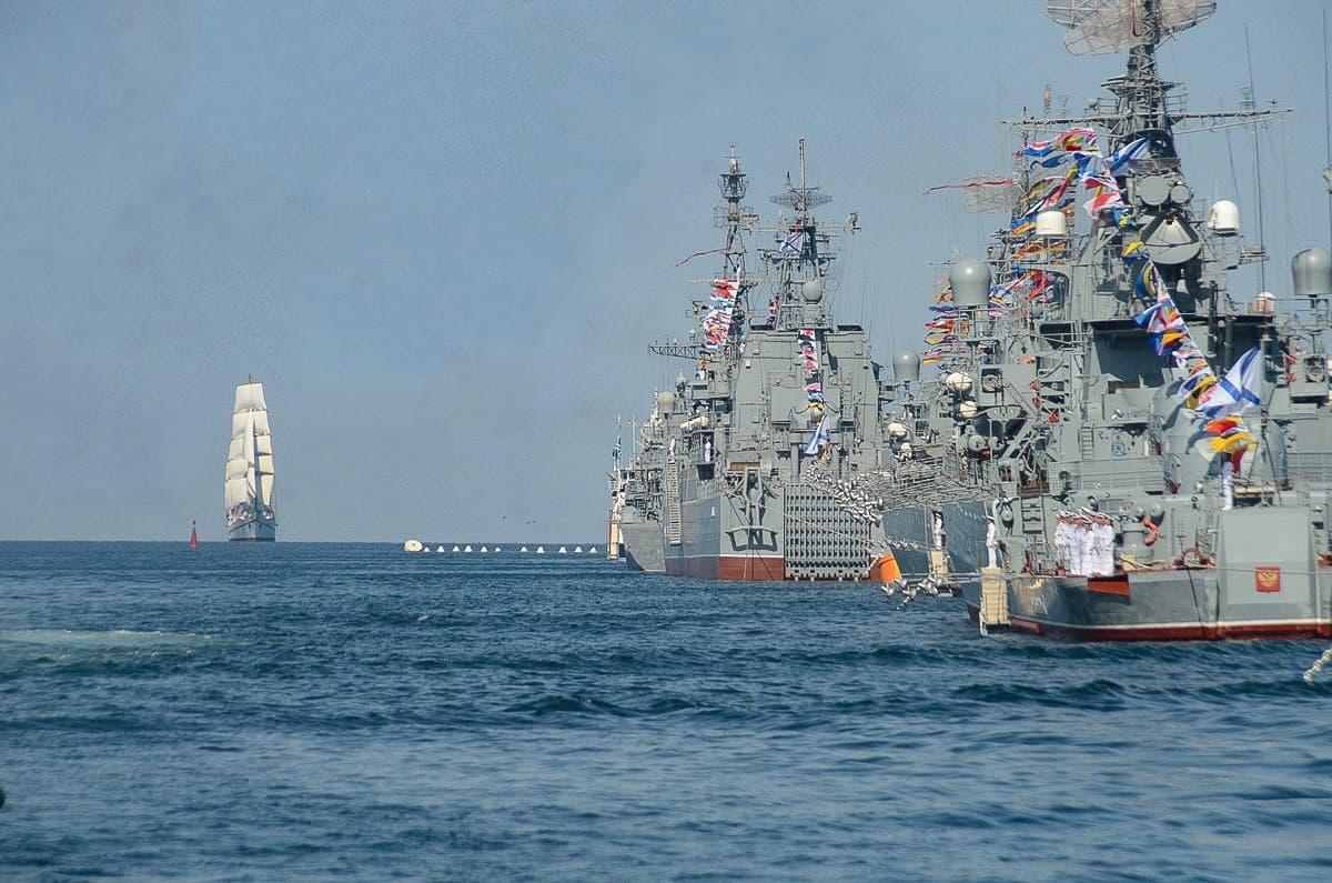 День ВМФ парад военных кораблей подплывает парусник