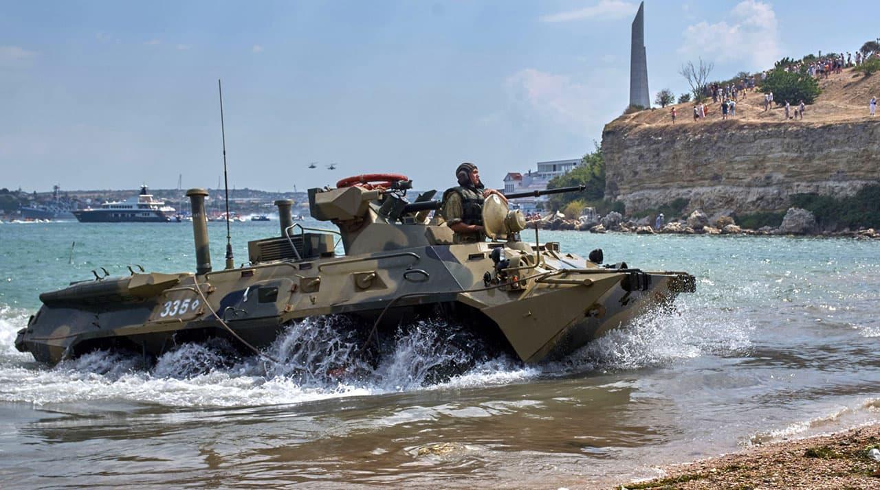 День ВМФ плавающий танк подошел к суше