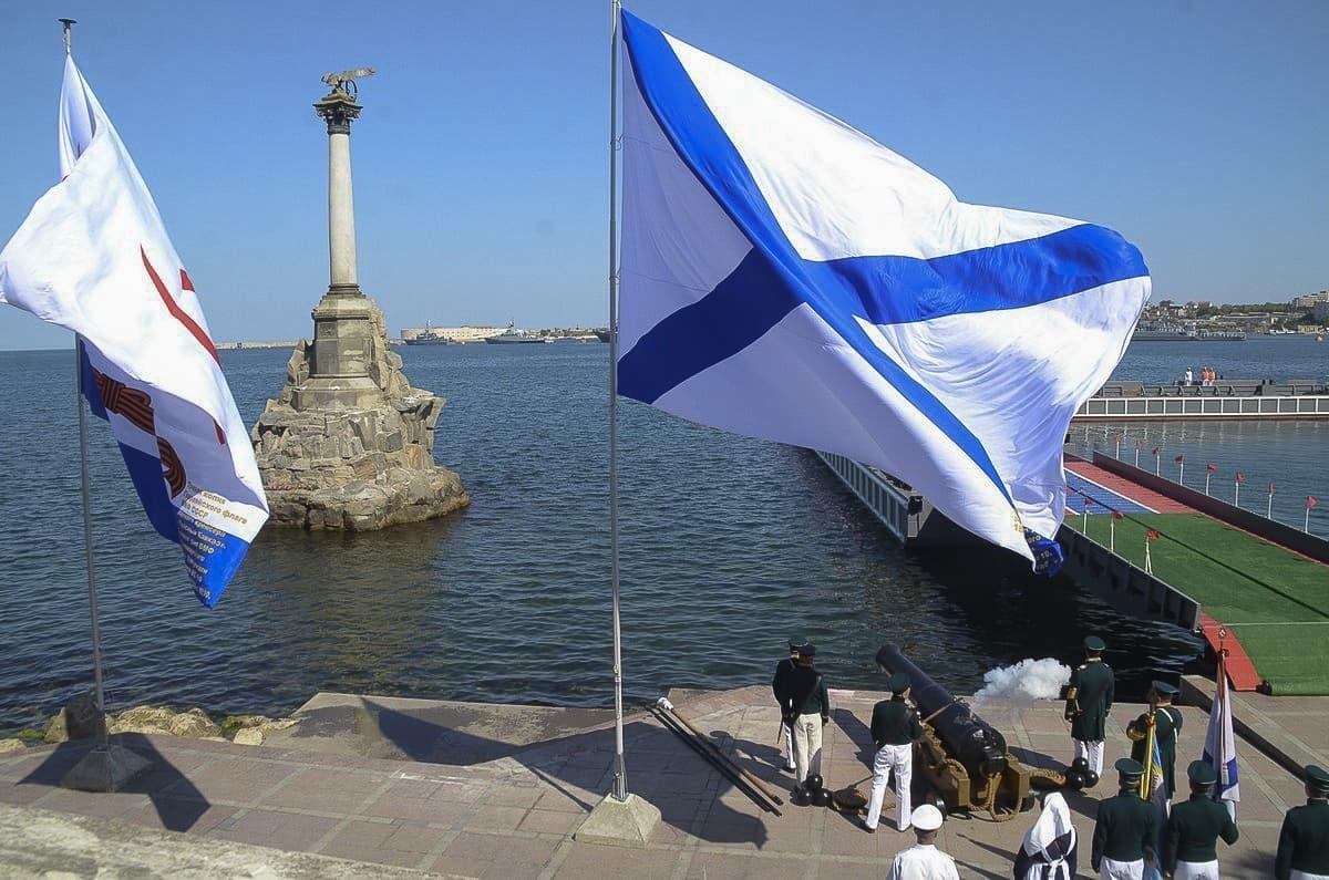 День ВМФ стрельба из пушек с суши памятник затопленным кораблям