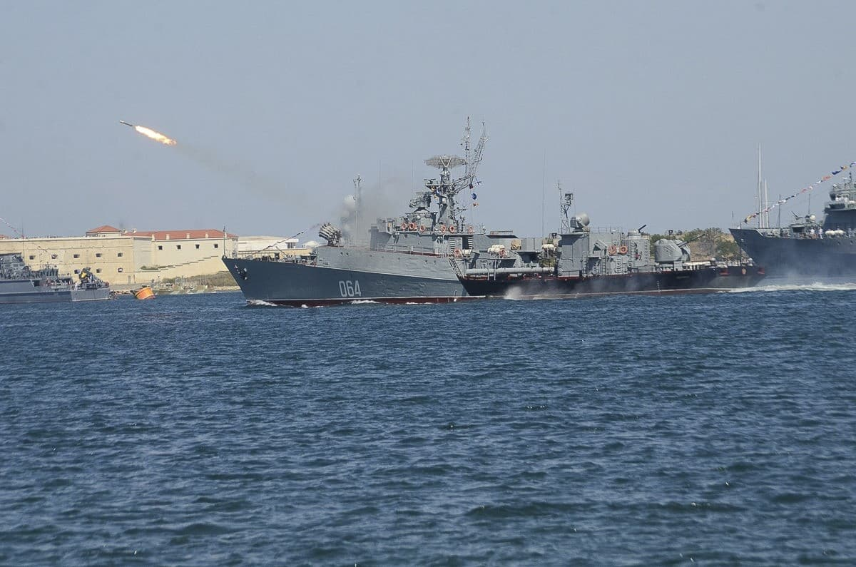 День ВМФ в Севастополе огонь по противнику
