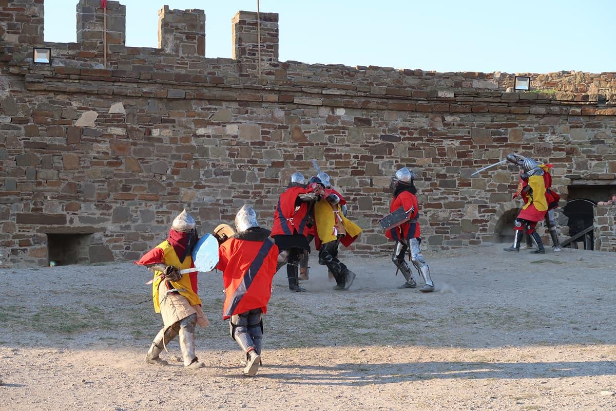 массовое сражение рыцарей на фестивале Генуэский шлем