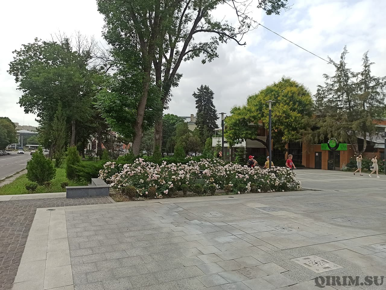 Цветы возле памятника Екатерины 2