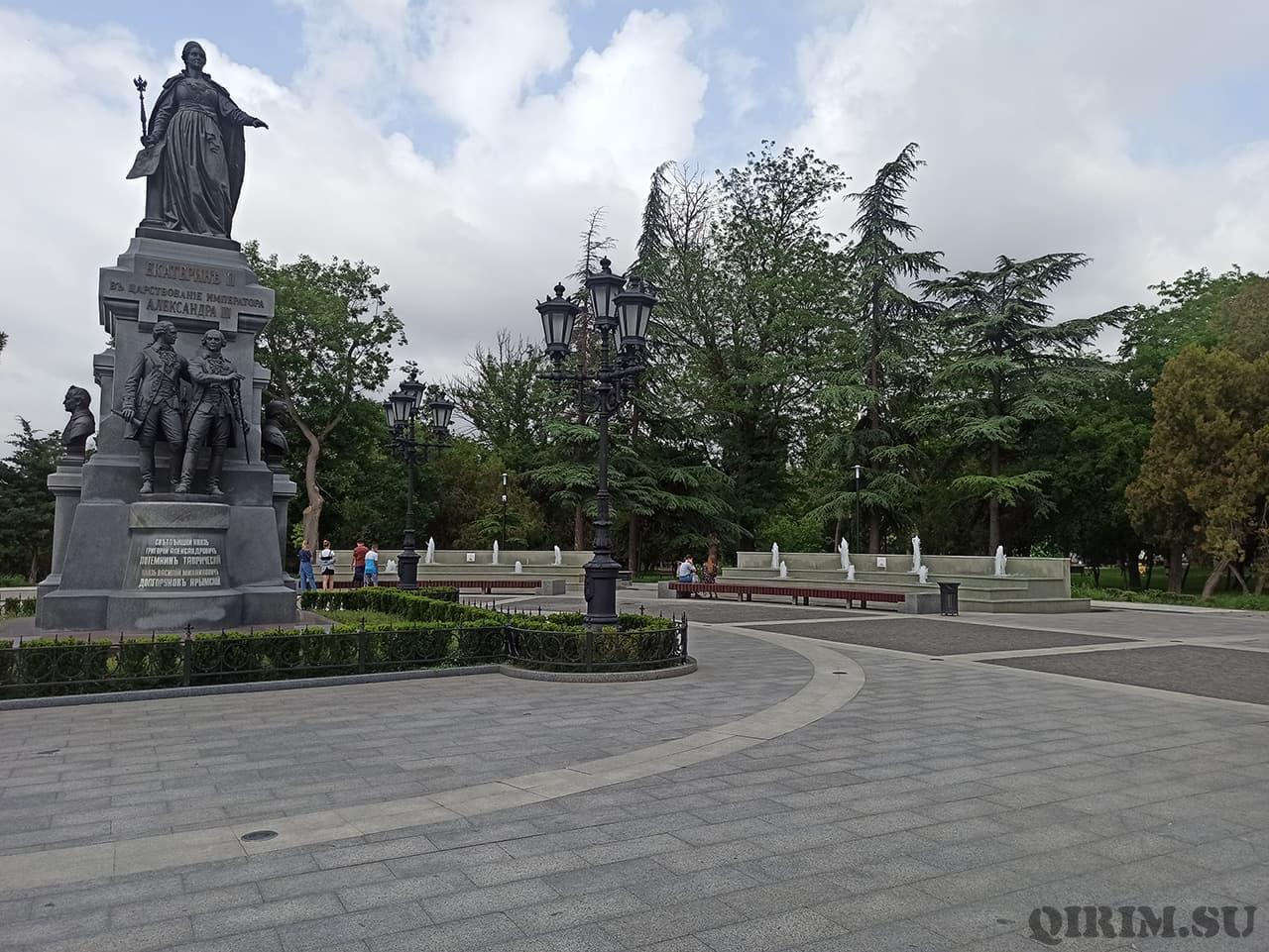 Памятник Екатерины 2 в Екатерининском саду