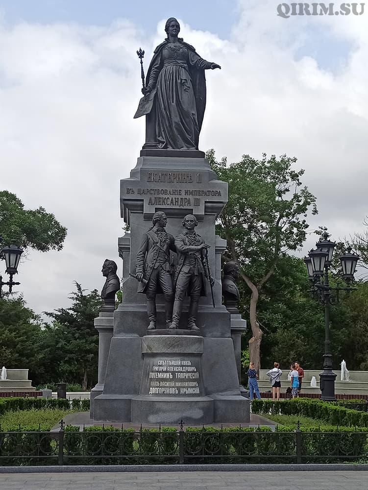 памятник Екатерины II Потемкин и Долгоруков