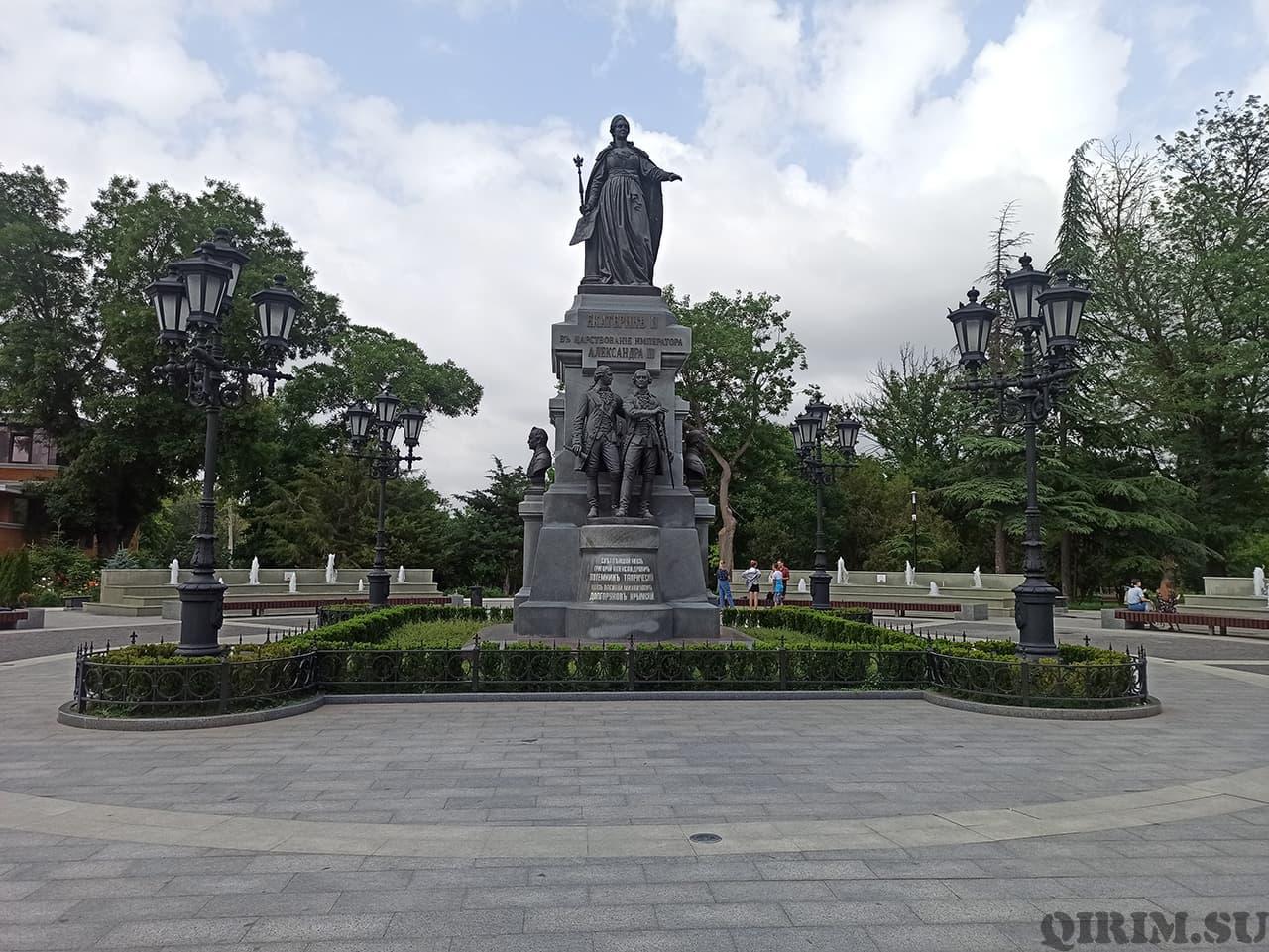 памятник Екатерины II вид с переди