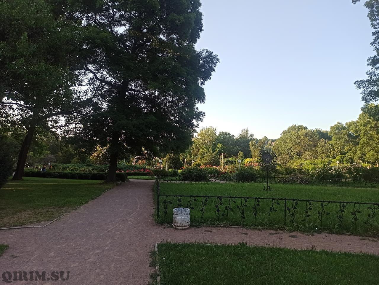 парк в Ботаническом саду между домом Воронцова и Розарием