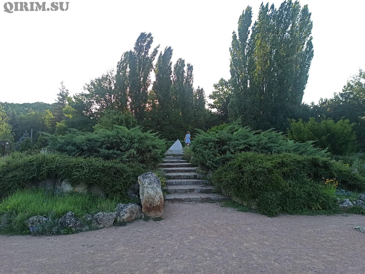 Солнечные часы в Ботаническом саду в Симферополе