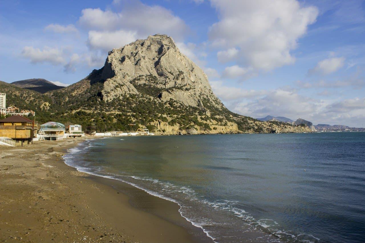 Пляж поселка и гора Сокол