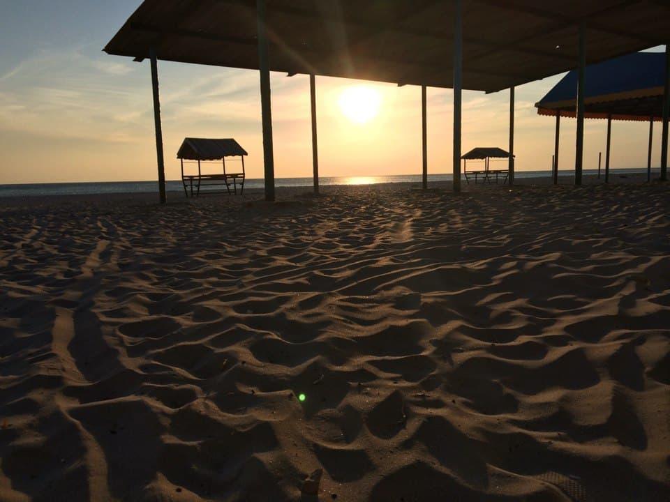 Пустой пляж в Штормовом
